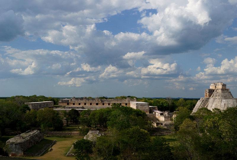 <strong>Uxmal</strong><br />A 78 quilômetros de Mérida, na Península de Yucatán, Uxmal exibe um dos exemplos mais extraordinários de arquitetura maia, conhecida como estilo Puuc. É Patrimônio Mundial pela Unesco desde 1996