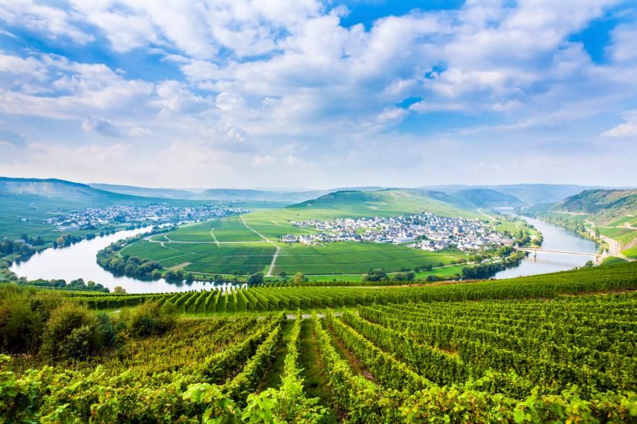 """<strong>Vale do Mosel, <a href=""""http://viajeaqui.abril.com.br/paises/alemanha"""" rel=""""Alemanha"""" target=""""_self"""">Alemanha</a></strong>A região, considerada a mais antiga do país na produção e cultivo de vinhos, é conhecida por produzir alguns dos melhores rótulos de Riesling do mundo. Entre os belos vinhedos, às margens do Rio Mosel, há belos monumentos e castelos que também valem a atenção. Por aqui, a característica predominante dos vinhos brancos é a delicadeza, presente em seu sabor e aroma frutados<em><a href=""""http://www.booking.com/region/de/mosel.pt-br.html?aid=332455&label=viagemabril-vinicolas-da-europa"""" rel=""""Veja preços de hotéis no Vale do Mosel no Booking.com"""" target=""""_blank"""">Veja preços de hotéis no Vale do Mosel no Booking.com</a></em>"""
