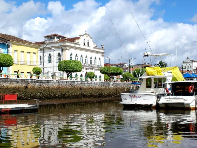 """<strong><a href=""""http://viajeaqui.abril.com.br/cidades/br-ba-valenca"""" target=""""_self"""">Valença</a>, <a href=""""http://viajeaqui.abril.com.br/estados/br-bahia"""" target=""""_self"""">Bahia</a></strong> Considerada o ponto de partida para conhecer o <a href=""""http://viajeaqui.abril.com.br/cidades/br-ba-morro-de-sao-paulo"""" target=""""_self"""">Morro de São Paulo</a>, essa pequena cidade baiana tem lá seus encantos. No Centro Histórico, casas coloridas e construções do período colonial se encontram em um bom estado de conservação. Suas ruas de pedras irregulares aumentam a sensação de nostalgia, reforçada por pequenas igrejas em seu entorno <em><a href=""""http://www.booking.com/city/br/valenca.pt-br.html?aid=332455&label=viagemabril-cidades-historicas-do-brasil"""" target=""""_blank"""">Veja preços de hotéis em Valença no Booking.com</a></em>"""