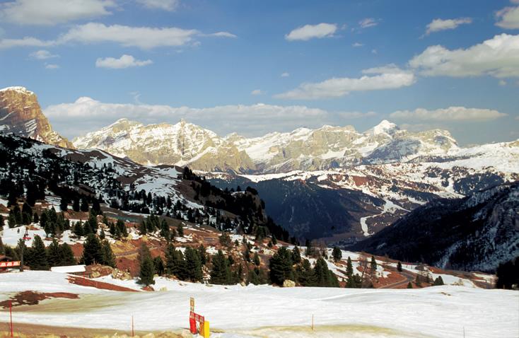 <strong>Val Gardena</strong>Encastelada sobre os setentrionais picos nevados das Dolomitas, a região do Alto Ádige, na fronteira com Suíça e Áustria, é chamada Selva di Val Gardena. Muita beleza natural, pistas de esqui que permanecem abertas por longos períodos, e típicos pequenos e aconchegantes hotéis de montanha conferem um charme especial a este pedaço da Itália.