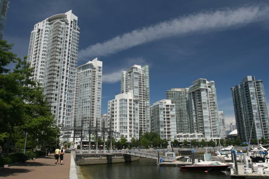 """<a href=""""http://viajeaqui.abril.com.br/cidades/canada-vancouver"""" rel=""""Vancouver, Canadá""""><strong>Vancouver, Canadá</strong></a> -Em 2010, Vancouver foi eleita, pela segunda vez consecutiva, a melhor cidade para caminhar no Canadá segundo a revista up! Magazine. A primeira razão para o título é geográfica. Cercada por montanhas e mar, a cidade simplesmente não tem pra onde se expandir. Em segundo lugar, a disponibilidade e acessibilidade do transporte público, além de calçadas largas, que tornam o deslocamento a pé mais fácil. Não à toa, cerca de 40% da população dispensa carro e vai ao trabalho caminhando. Na foto, o passeio Yaletown Waterfront"""