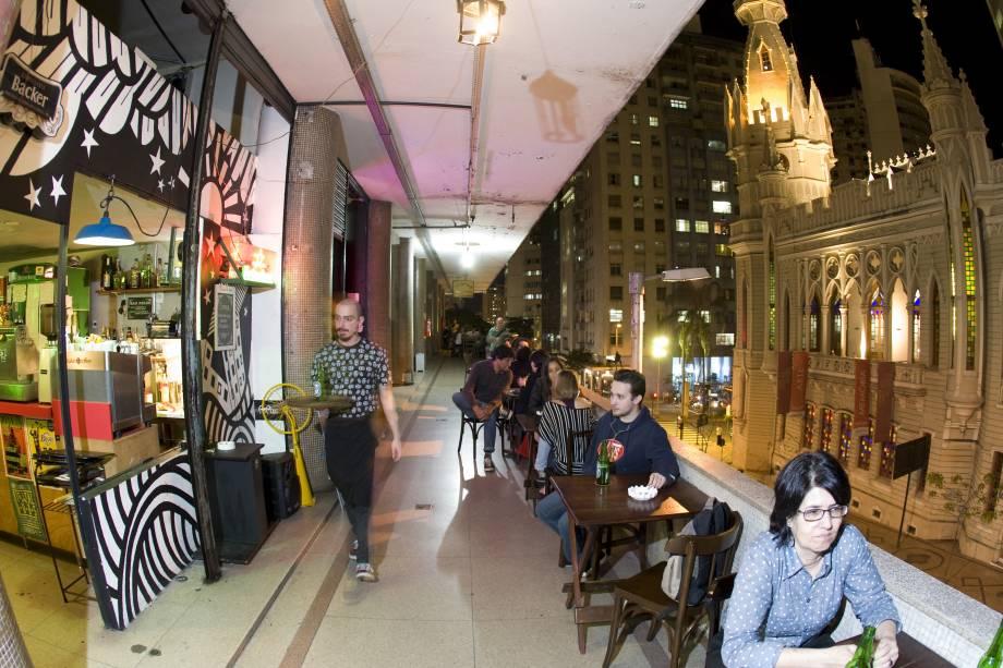 """<a href=""""http://viajeaqui.abril.com.br/estabelecimentos/br-mg-belo-horizonte-restaurante-arcangelo-bar-cafe"""" rel=""""Arcângelo Caffe """" target=""""_blank""""><strong>Arcângelo Caffe </strong></a>O primeiro bar descolado do Maletta iniciou uma revitalização do segundo andar do edifício, que agora conta com diversos estabelecimentos em sua ampla varanda que servem bons drinks e comidinhas deliciosas para acalmar a fome noturna. Aberto pela atriz belorizontina Daniela Papini e pelo escultor argentino Santiago Calonga, o Arcângelo se especializa em drinks com uísque (ainda que tenha outros destilados no cardápio) e serve deliciosas empanadas com massa fininha e crocante com recheios fartos e saborosos.<strong>Endereço</strong>: Avenida Augusto de Lima, 233, Edifício Maletta.Abre de terça a sábado de 17h às 2h da manhã, mas o segundo andar do Maletta não permite entrada depois de meia noite mesmo se a festa lá dentro estiver fervendo (chegue antes disso, os seguranças são incorruptíveis)"""
