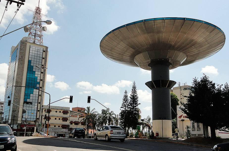 """<strong>2. Grande Monumento de <a href=""""http://viajeaqui.abril.com.br/cidades/br-mg-varginha"""" rel=""""Varginha"""" target=""""_self"""">Varginha</a>, <a href=""""http://viajeaqui.abril.com.br/estados/br-minas-gerais"""" rel=""""Minas Gerais"""" target=""""_self"""">Minas Gerais</a></strong>    As lendas em torno das aparições de seres extraterrestres colocaram a cidade na <a href=""""http://viajeaqui.abril.com.br/materias/misticos-hippies-e-rusticos-viaje-pelos-lugares-mais-roots-do-brasil"""" rel=""""rota de um turismo doidão"""" target=""""_blank"""">rota de um turismo doidão</a>. Por todo lugar, é possível se deparar com estátuas e esculturas de ETs de gosto duvidoso, a maior parte deles localizado ao lado da gigantesca (e horrorosa) caixa dágua em formato de uma nave espacial. Isso, é claro, não foi impedimento pra moradores e visitantes da cidade mineira criarem um certo carinho e afeição pelo monumento    <a href=""""http://viajeaqui.abril.com.br/materias/misticos-hippies-e-rusticos-viaje-pelos-lugares-mais-roots-do-brasil"""" rel=""""+Místicos, hippies e rústicos: viaje pelos lugares mais roots do Brasil"""" target=""""_blank""""><strong>+Místicos, hippies e rústicos: viaje pelos lugares mais roots do Brasil</strong></a>"""