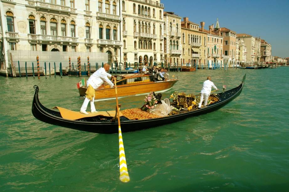 """<strong>Veneza, Itália</strong>Trocar alianças em um palácio histórico, seguido de um passeio de gôndola pelos canais de <a href=""""http://viajeaqui.abril.com.br/cidades/italia-veneza"""" rel=""""Veneza"""" target=""""_blank""""><strong>Veneza</strong></a>, não é só para astros de Hollywood, como George Clooney. O site <a href=""""http://www.wedding-in-venice.com/en/"""" rel=""""Wedding in Venice"""" target=""""_blank"""">Wedding in Venice</a> ajuda os pombinhos de todas as partes do mundo a transformarem esse desejo em realidade e celebrar a união numa cerimônia com vista para o famoso Grand Canale e a <a href=""""http://viajeaqui.abril.com.br/estabelecimentos/italia-veneza-atracao-ponte-rialto"""" rel=""""ponte Rialto"""" target=""""_blank"""">ponte Rialto</a>."""