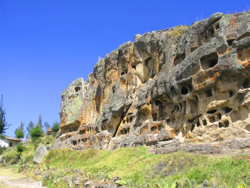 Partindo de Cajamarca, são oito quilômetros que conduzem até o impressionante sítio arqueológico, repleto de ruínas datadas dos séculos 50 a.C. e 500 d.C, período no qual a cultura Wari, típica dos Andes, foi desenvolvida. Por aqui, é possível encontrar criptas que serviam como recinto funerário dos povos que aqui habitavam. Rochas talhadas estão no caminho do visitante que percorre a região