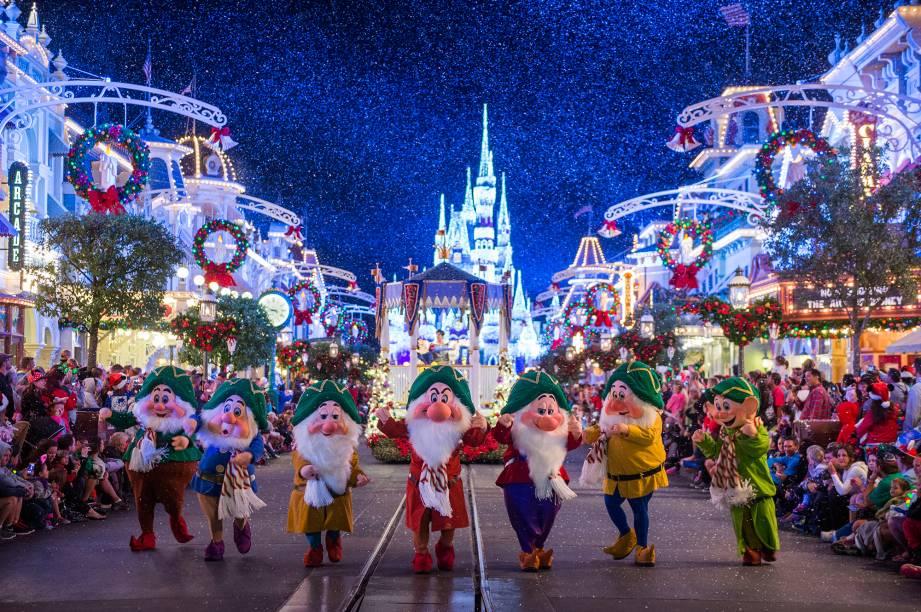 """<a href=""""http://viajeaqui.abril.com.br/cidades/estados-unidos-orlando"""" rel=""""Walt Disney World - Orlando, EUA"""" target=""""_blank""""><strong>Walt Disney World</strong></a><a href=""""http://viajeaqui.abril.com.br/cidades/estados-unidos-orlando"""" rel=""""Walt Disney World - Orlando, EUA"""" target=""""_blank""""><strong>–</strong></a><strong>Orlando, EUA </strong>Parece impossível, mas os parques da Disney se tornam ainda mais mágicos às vésperas do Natal. A decoração fica incrivelmente mais colorida e iluminada (tem até neve fictícia caindo), a trilha é personalizada para as festividades de final de ano, os personagens usam figurino natalino e a programação de shows muda, com apresentações cem por cento dedicadas á essa época do ano<a href=""""http://www.booking.com/city/us/orlando.pt-br.html?aid=332455&label=viagemabril-natal"""" rel=""""Veja hotéis em Orlando no booking.com"""" target=""""_blank""""><em>Veja hotéis em Orlando no Booking.com</em></a>"""