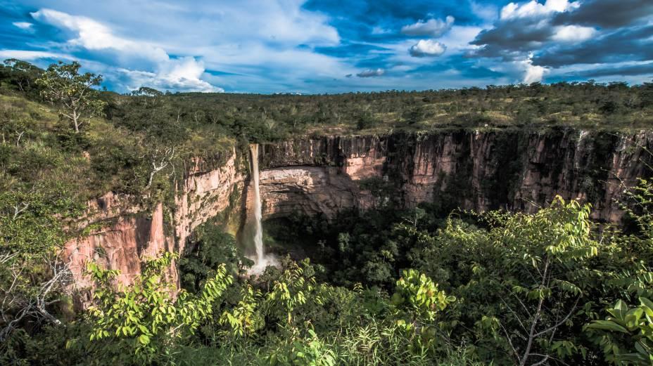 """<a href=""""http://viajeaqui.abril.com.br/cidades/br-mt-chapada-dos-guimaraes"""" rel=""""Chapada dos Guimarães"""" target=""""_blank""""><strong>Chapada dos Guimarães</strong></a>    A Cachoeira Véu de Noiva é um dos principais cartões-postais do <a href=""""http://viajeaqui.abril.com.br/estados/br-mato-grosso"""" rel=""""Mato Grosso"""" target=""""_blank"""">Mato Grosso</a>, estado que tem diversas belezas naturais em regiões de cerrado, Floresta Amazônica e Pantanal. A cachoeira é um trecho do Rio Coxipó que desce por um paredão de arenito e forma um enorme poço. O acesso à parte baixa está fechado, mas é possível observar a queda (e o belo voo das araras) a partir do mirante, a 550 metros do estacionamento do parque"""