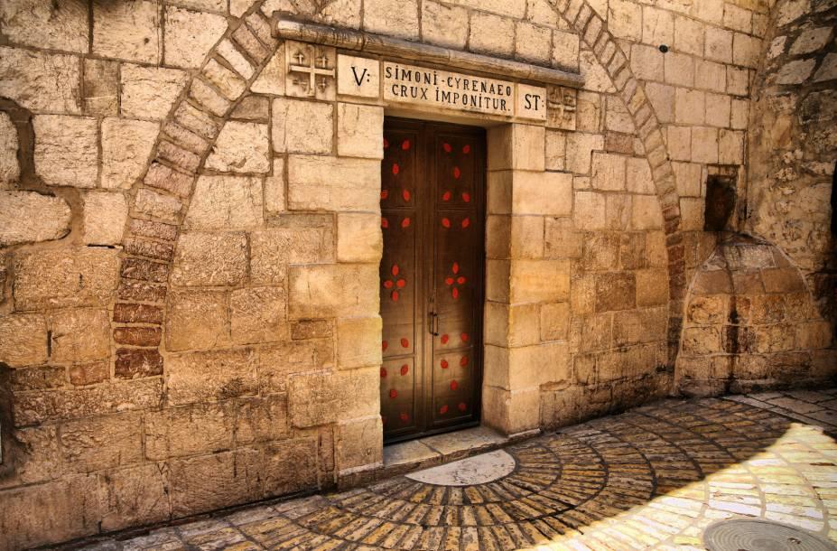 """<a href=""""http://viajeaqui.abril.com.br/estabelecimentos/israel-jerusalem-atracao-via-dolorosa"""" rel=""""Via Dolorosa"""" target=""""_blank""""><strong>Via Dolorosa</strong></a> (local sagrado para o cristianismo)Na sequência, as marcações relembram o carregamento da cruz após Cristo ter sido açoitado; a primeira queda; o encontro com Maria; a ordem dos soldados para Simão Cirineu conduzir a cruz; o encontro com Verônica, que enxuga as lágrimas de Jesus, e a segunda queda; o consolo às mulheres de Jerusalém; a terceira queda; e os momentos em que é despido, pregado à cruz, morto e dela retirado. A última estação é o Santo Sepulcro, dentro da igreja (circulação livre)"""