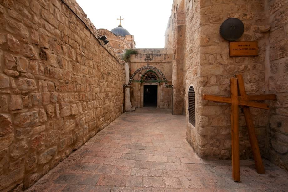 """<a href=""""http://viajeaqui.abril.com.br/estabelecimentos/israel-jerusalem-atracao-via-dolorosa"""" rel=""""Via Dolorosa"""" target=""""_blank""""><strong>Via Dolorosa</strong></a> (local sagrado para o cristianismo)A Via Dolorosa (ou Via Crúcis) é o suposto caminho dos passos finais de Cristo até a crucificação. Em um total de 14 estações, cortando o bairro muçulmano da Cidade Velha, o percurso é repetido por fiéis, embora não existam bases históricas que certifiquem o trajeto. Pequenos monumentos ou placas identificam as estações. Uma escola muçulmana marca a primeira – a fortaleza romana na qual Cristo foi condenado. De lá, monges franciscanos saem em procissão todas as sextas-feiras"""