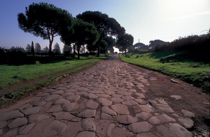 <strong>Via Appia Antica </strong>Passar a Páscoa em Roma pode significar uma volta ao passado; independentemente de credos religiosos, a Via Appia Antica emociona por ter sido palco de fatos históricos que determinaram a face do mundo que conhecemos hoje. Ela foi a primeira grande estrada no mundo ocidental, com sua construção iniciada em 320 a.C. Atravessando a Itália de Roma até Brindisi, no sul, por ela trafegaram soldados, políticos, comerciantes e apóstolos cristãos. Uma visita às catacumbas de São Calixto , São Sebastião e a pequena igreja Domine Quo Vadis - que se ergue no lugar em que Pedro, o primeiro Papa de Roma, teria se encontrado com Jesus Cristo -, são imperdíveis.