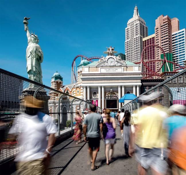 Passarela de pedestres sobre a Strip, de frente para a Big Apple do Hotel New York