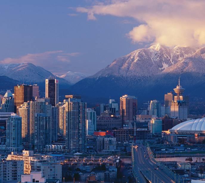 As montanhas nevadas que emolduram o skyline da cidade dos invernos moderados