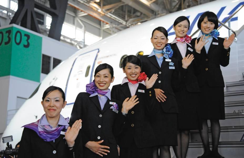 Com simpatia e muitos chocolatinhos, as comissárias japonesas dão calor humano à eficiência do Dreamliner
