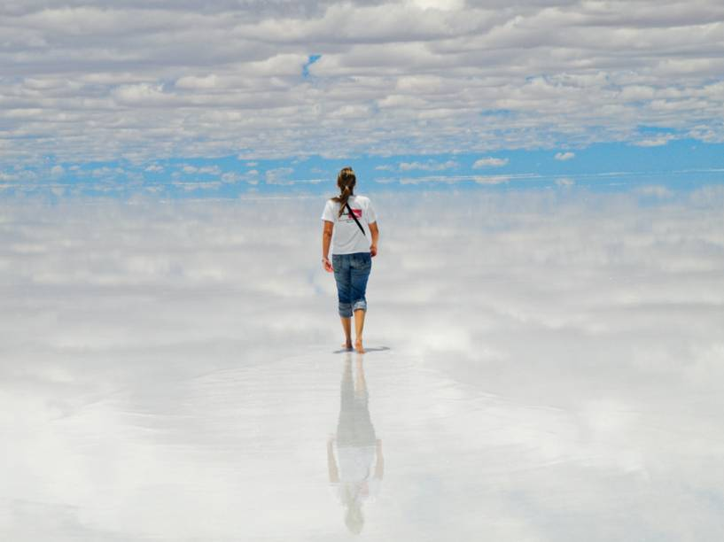 "E, para fechar, uma foto de nossa leitora Juliana Alves Brungari, de Curitiba, no <a href=""http://viajeaqui.abril.com.br/cidades/bolivia-uyuni"">Salar de Uyuni</a>, <a href=""http://viajeaqui.abril.com.br/paises/bolivia"">Bolívia</a>. Não parece uma pintura de René Magritte? <a href=""https://www.booking.com/searchresults.pt-br.html?aid=332455&lang=pt-br&sid=eedbe6de09e709d664615ac6f1b39a5d&sb=1&src=searchresults&src_elem=sb&error_url=https%3A%2F%2Fwww.booking.com%2Fsearchresults.pt-br.html%3Faid%3D332455%3Bsid%3Deedbe6de09e709d664615ac6f1b39a5d%3Bclass_interval%3D1%3Bdest_id%3D5235%3Bdest_type%3Dregion%3Bdtdisc%3D0%3Bfrom_sf%3D1%3Bgroup_adults%3D2%3Bgroup_children%3D0%3Binac%3D0%3Bindex_postcard%3D0%3Blabel_click%3Dundef%3Bno_rooms%3D1%3Boffset%3D0%3Bpostcard%3D0%3Braw_dest_type%3Dregion%3Broom1%3DA%252CA%3Bsb_price_type%3Dtotal%3Bsearch_selected%3D1%3Bsrc%3Dsearchresults%3Bsrc_elem%3Dsb%3Bss%3DChapada%2520Diamantina%252C%2520%25E2%2580%258BBrasil%3Bss_all%3D0%3Bss_raw%3DChapada%2520Diamantina%3Bssb%3Dempty%3Bsshis%3D0%3Bssne_untouched%3DBahia%26%3B&ss=Bol%C3%ADvia&ssne=Chapada+Diamantina&ssne_untouched=Chapada+Diamantina&checkin_monthday=&checkin_month=&checkin_year=&checkout_monthday=&checkout_month=&checkout_year=&no_rooms=1&group_adults=2&group_children=0&highlighted_hotels=&from_sf=1&ss_raw=Bol%C3%ADvia&ac_position=0&ac_langcode=xb&dest_id=26&dest_type=country&search_pageview_id=440678934bd402a1&search_selected=true&search_pageview_id=440678934bd402a1&ac_suggestion_list_length=5&ac_suggestion_theme_list_length=0"" target=""_blank"" rel=""noopener""><em>Busque hospedagens na Bolívia no Booking.com</em></a>"