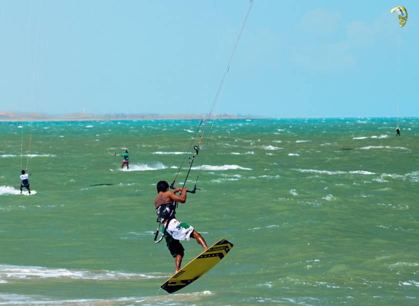 Os kitesurfistas decolam sobre o Atlântico cearense