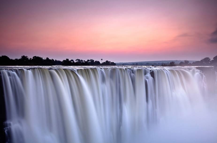 """<a href=""""http://www.kangaroo.com.br/"""" rel=""""KANGAROO"""" target=""""_blank""""><strong>KANGAROO</strong></a>        <strong>O QUE ELA FAZ POR VOCÊ</strong>        Estende a viagem até Botsuana e Zâmbia.        <strong>PACOTE</strong>        As três primeiras das nove noites são em Sossusvlei, na Namíbia, no luxuoso lodge<a href=""""http://www.andbeyond.com/"""" rel=""""&Beyond"""" target=""""_blank"""">&Beyond</a>, que organiza safáris e passeio de quadriciclo nas dunas. Em Botsuana, nas quatro noites no Delta do Okavango, em outro &Beyond, há safáris de canoa para observar hipopótamos e crocodilos. As duas noites na Zâmbia reservam o cinco-estrelas<a href=""""http://www.theelephantcamp.com/"""" rel=""""The Elephant Camp"""" target=""""_blank"""">The Elephant Camp</a>, perto das Victoria Falls (foto), e incluem trip para avistar elefantes. Desde US$ 10 100, com pensão completa, sem o aéreo do Brasil."""