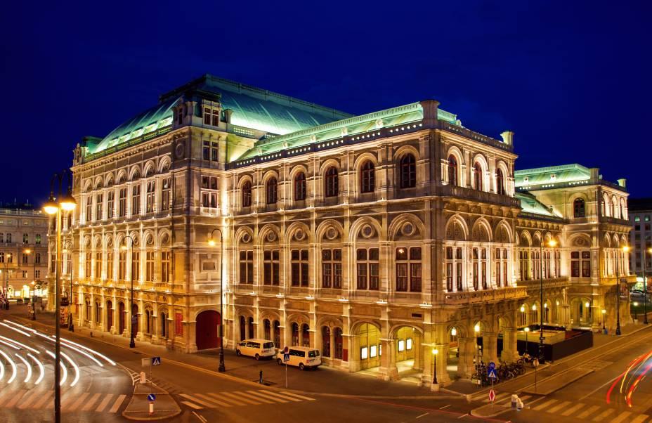 """<strong><a href=""""https://www.wiener-staatsoper.at/"""" target=""""_blank"""" rel=""""noopener"""">Viena State Opera House</a>, <a href=""""http://viajeaqui.abril.com.br/cidades/austria-viena"""" target=""""_blank"""" rel=""""noopener"""">Viena</a>, <a href=""""http://viajeaqui.abril.com.br/paises/austria"""" target=""""_blank"""" rel=""""noopener"""">Áustria</a></strong> Erguido em estilo neo-renascentista no século XIX, esse edifício faz jus à atmosfera cultural que paira em muitas cidades da Europa. Marcado como a primeira construção da cidade dedicada a receber apresentações de ópera, o teatro foi palco de obras marcantes, como <em>Don Giovanni</em>de Mozart. Alvo de bombardeios durante a Segunda Guerra Mundial, comandados sobretudo pelos Estados Unidos, o edifício soube se reeguer e hoje abriga concertos da Orquestra Filarmônica de Viena"""