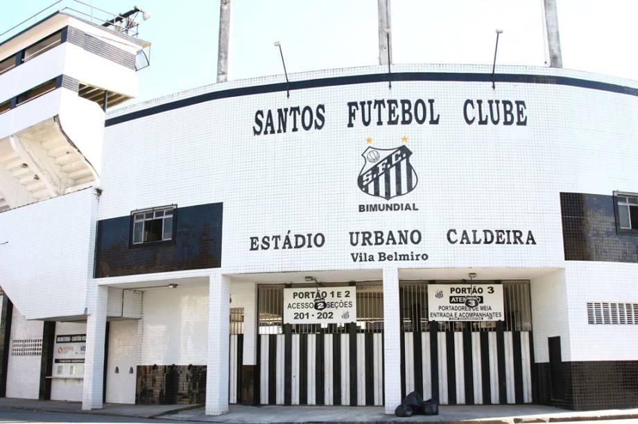 """<strong><a href=""""http://viajeaqui.abril.com.br/estabelecimentos/br-sp-santos-atracao-linha-conheca-santos"""" rel=""""Linha Conheça Santos"""" target=""""_blank"""">Linha Conheça Santos</a>, em</strong> <a href=""""http://viajeaqui.abril.com.br/cidades/br-sp-santos"""" rel=""""Santos (SP)"""" target=""""_blank""""><strong>Santos (SP)</strong></a>            Aosfins de semana e feriados, a Linha Conheça Santos percorre pontos importantesda cidade: Vila Belmiro, PraçaMauá, <a href=""""http://viajeaqui.abril.com.br/estabelecimentos/br-sp-santos-atracao-monte-serrat"""" target=""""_blank"""">Monte Serrat</a>, <a href=""""http://viajeaqui.abril.com.br/estabelecimentos/br-sp-santos-atracao-aquario-de-santos"""" target=""""_blank"""">Aquário</a> e <a href=""""http://viajeaqui.abril.com.br/estabelecimentos/br-sp-santos-atracao-fundacao-pinacoteca-benedicto-calixto"""" target=""""_blank"""">Pinacoteca</a>.De lá também parte o roteiro """"Morros"""", em sábados alternados, às15h30. O passeiofaz paradas para assistir a apresentaçõesde um grupo de ciganos e dedescendentes de portugueses da Ilhada Madeira. Outra rota é a """"Zona Noroeste"""" que acontece um sábado por mês.O passeio passa pelo Jardim Botânico e leva até osítio arqueológico Engenho São Jorgedos Erasmos, também com saída às 15h30. É necessário reservar.            <strong>Quando: </strong>finais de semana e feriados. Saídas de hora em hora, entre9h e 17h, da Pça. das Bandeiras, noGonzaga.            <strong>Quanto:</strong> R$ 10. O ingresso dá direito a reembarques."""