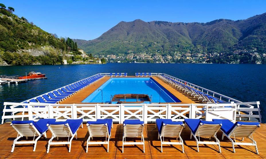 """O Lago di Como fica perto de <a href=""""http://viajeaqui.abril.com.br/cidades/italia-milao"""" target=""""_self"""">Milão</a> e é um dos passeios favoritos dos turistas que visitam a cidade. Mas se hospedar por aqui também é uma boa pedida, já que a região tem bons hotéis. No Villa DEste, a decoração é rústica e a piscina oferece uma bela visão do lago"""