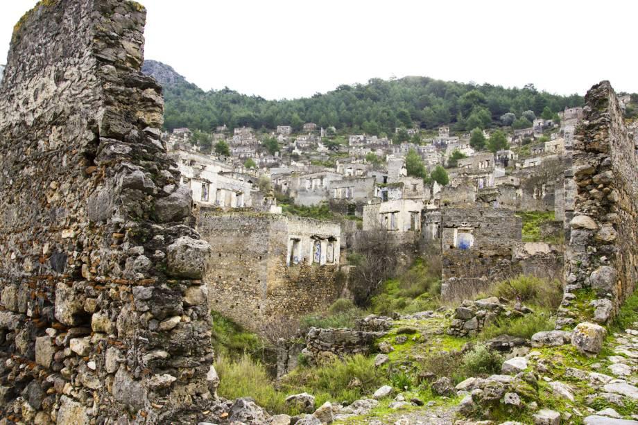 """<strong>Vila de Kayaköy, <a href=""""http://viajeaqui.abril.com.br/paises/turquia"""" rel=""""Turquia"""" target=""""_blank"""">Turquia</a></strong>Construções históricas bem preservadas e localizadas na beira do mar compõem o cenário dessa pequena vila, localizada na província de Muğla. Entre 1855 e 1856, a cidade foi destruída em decorrência de um terremoto e de um incêndio que prejudicaram boa parte de sua estrutura. Posteriormente habitada e bem desenvolvida, a região enfrentou episódios impactantes da Guerra Greco-Turca, que acabaram por provocar seu abandono no final da década de 1920. Hoje em dia, ela é visitada exclusivamente por turistas e abriga mais de 500 casas em ruínas e diversas igrejas ortodoxas"""