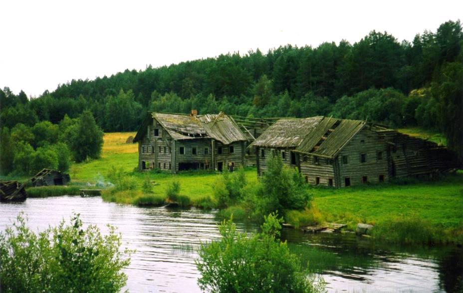 """<strong>Vila de Pegrema, <a href=""""http://viajeaqui.abril.com.br/paises/russia"""" rel=""""Rússia"""" target=""""_blank"""">Rússia</a></strong>Localizada às margens do Lago Onega, considerado como o segundo maior da Europa em extensão, atrás apenas do Ladoga, essa pequena vila mais parece uma pequena cidade do interior da Escócia do que uma vila pertencente à Rússia, um país tão cheio de construções imponentes e bem demarcadas pelo passado da União Soviética. Anteriormente habitada por camponeses, a região é completamente dominada por uma ampla área verde e pequenas casas de madeira, além de abrigar uma igreja intacta datada do ano de 1770. A história conta que a vila foi abandonada durante os conflitos da Revolução Russa, iniciados em 1917 e que espantaram moradores do local"""