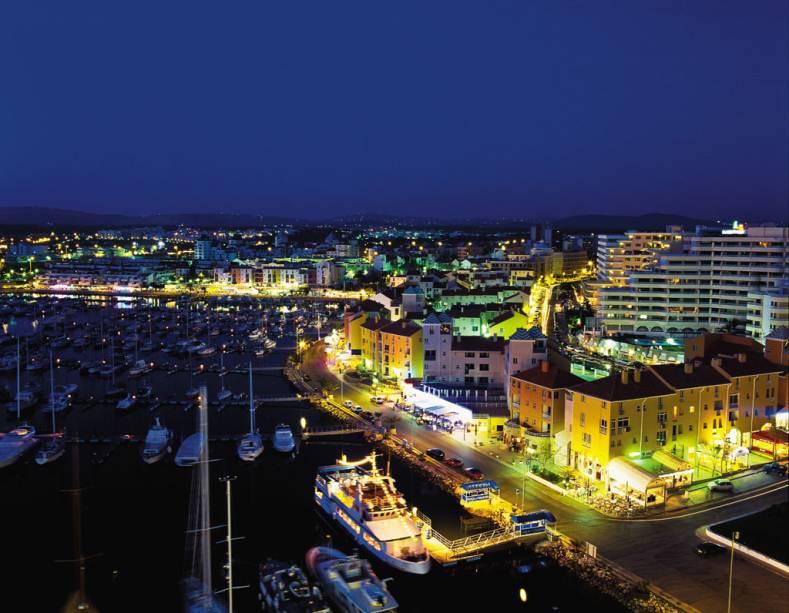 Entre as cidades de Albufeira e Faro, a <strong>Vilamoura</strong> é uma ilha de diversão de gringos de todas as partes do mundo. Seu epicentro é uma sofisticada marina com capacidade para abrigar mil barcos