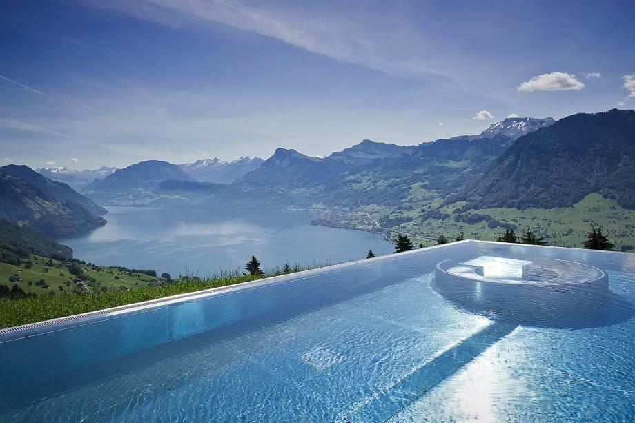 """Charmoso e cercado por montanhas, o hotel é uma ótima pedida para casais. Sua atmosfera romântica se faz presente na decoração delicada. Do alto de sua linda piscina externa e aquecida, é possível avistar os Alpes <em><a href=""""http://www.booking.com/hotel/ch/villa-honegg.pt-br.html?aid=332455&label=viagemabril-as-piscinas-mais-incriveis-do-mundo"""" target=""""_blank"""">Veja os preços do Villa Honegg Hotel no Booking.com</a></em>"""