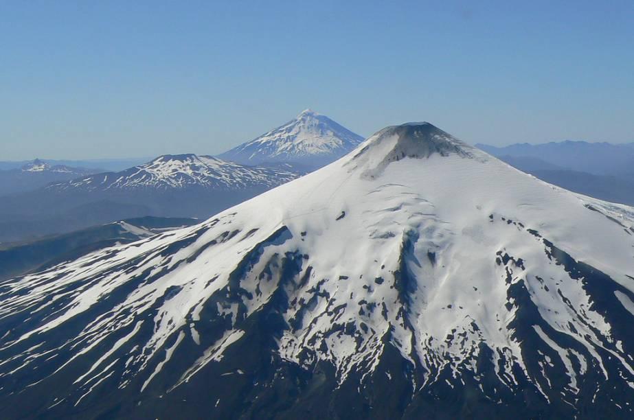 "A estação de <a href=""http://viajeaqui.abril.com.br/cidades/chile-pucon"" rel=""Pucón"" target=""_blank""><strong>Pucón</strong></a>, próxima a Temuco, fica nas encostas do vulcão Villarrica, pertinho dos cumes Quetrupillan e Lanín"