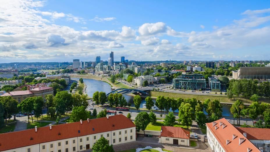 Panorâmica à margem direita do rio Neris, que corta a capital da Lituânia
