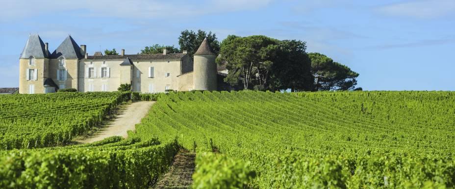 """<strong>Sauternes, <a href=""""http://viajeaqui.abril.com.br/paises/franca"""" target=""""_self"""">França</a></strong>Localizada ao sul de Bordeaux, a comuna merece uma atenção especial graças aos seus incríveis rótulos de vinhos doces, produzidos no Château dYquem com uvas brancas botritizadas, de podridão nobre. Durante o processo, o fungo que ataca os bagos aumenta a concentração de açúcar natural do fruto. O resultado são vinhos incríveis de sobremesa, apreciados no mundo todo<em><a href=""""http://www.booking.com/city/fr/sauternes.pt-br.html?aid=332455&label=viagemabril-vinicolas-da-europa"""" target=""""_blank"""" rel=""""noopener"""">Veja preços de hotéis em Sauternes no Booking.com</a></em>"""
