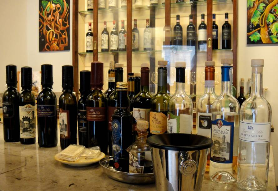 """<a href=""""http://viajeaqui.abril.com.br/cidades/italia-montepulciano"""" rel=""""Montepulciano"""" target=""""_blank"""">Montepulciano</a> tem outra atração turística: O <em>Vino Nobile</em>, um dos mais apreciados internacionalmente, é um dos vinhos italianos mais antigos.Hoje os rótulos mais conhecidos e valorizados são <em>Rosso di Montepulciano</em>, <em>Nobile di Montepulciano</em> e <em>Nobile di Montepulciano Riserva</em>, produzidos com outra variedade da uva Sangiovese chamada <em>Prugnolo gentile</em>. São vinhos de corpo médio e aromas e sabor de cereja e ameixa.Faça outro tour de visita e degustação guiadas pelas várias vinícolas que integram o <em>Consorzio del Vino Nobile di Montepulciano</em> na Strada del Vino Nobile di Montepulciano (Piazza Grande, 7, +39(578)717484, <a href=""""mailto:info@stradavinonobile.it"""">info@stradavinonobile.it</a>)."""