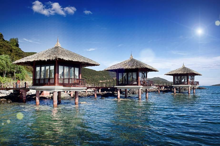 """<strong><a href=""""http://www.booking.com/hotel/vn/vinpearl-luxury-nha-trang.pt-br.html?aid=332455&label=viagemabril-hoteisflutuantes"""" rel=""""Vinpearl Luxury Nha Trang"""" target=""""_blank"""">Vinpearl Luxury Nha Trang</a> – Nha Trang (Vietnã)</strong>Localizado em uma das baías mais bonitas do mundo, o Vinpearl Luxury Nha Trang oferece 84 bangalôs ao longo da costa de uma ilha privada. Além dos bangalôs, o hotel também oferece pequenas cabanas de massagens sobre a água."""
