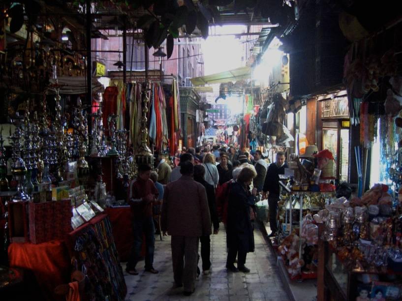 """<strong>Khan el-Kalili, Cairo, Egito</strong>Localizado próximo à histórica mesquita de Al-Azhar,o Khan-el-Kalili é virtualmente um labirinto de lojas, cafés e restaurantes onde pode-se encontrar narguilés, especiarias, tecidos, lustres e muito, muito mais. A atmosfera caótica e ruidosa do <a href=""""http://viajeaqui.abril.com.br/cidades/egito-cairo"""" target=""""_blank"""" rel=""""noopener"""">Cairo </a>é amplificada neste <em>souq</em>, o clássico mercado árabe, que tem suas origens no século 14. Como tudo no <a href=""""http://viajeaqui.abril.com.br/paises/egito"""" target=""""_blank"""" rel=""""noopener"""">Egito</a>, nada aqui tem etiqueta de preço, portanto prepare-se para longas negociações"""