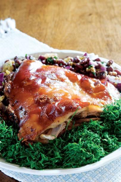 <strong>11. Leitão à pururuca</strong>A receita trazida pelos portugueses ganhou fama em Minas Gerais pelo sabor e tempero. Em alguns restaurantes, o leitão chega à mesa acompanhado de arroz branco, farofa, feijão-tropeiro e couve
