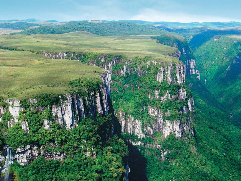 """<strong><a href=""""http://viajeaqui.abril.com.br/cidades/br-rs-cambara-do-sul"""" rel=""""Cambará do Sul, Rio Grande do Sul"""" target=""""_self"""">Cambará do Sul, Rio Grande do Sul</a></strong>É o destino ideal para quem curte natureza e aventura. A cidade é o lar dos cânions <a href=""""http://viajeaqui.abril.com.br/estabelecimentos/br-rs-cambara-do-sul-atracao-canion-do-itaimbezinho"""" rel=""""Itaimbezinho"""" target=""""_self"""">Itaimbezinho</a> e <strong><a href=""""http://viajeaqui.abril.com.br/estabelecimentos/br-rs-cambara-do-sul-atracao-canion-da-fortaleza"""" rel=""""Fortaleza"""" target=""""_self"""">Fortaleza</a></strong>, que impressionam os visitantes pela beleza. Parques estão entre as atrações mais interessantes do lugar, tais como o <a href=""""http://viajeaqui.abril.com.br/estabelecimentos/br-rs-cambara-do-sul-atracao-parque-nacional-de-aparados-da-serra"""" rel=""""Nacional Aparatos da Serra"""" target=""""_self"""">Nacional Aparatos da Serra</a>, onde é possível avistar as cachoeiras da Andorinha e Véu de Noiva nas passarelas, e o <a href=""""http://iajeaqui.abril.com.br/estabelecimentos/br-rs-cambara-do-sul-atracao-parque-nacional-da-serra-geral"""" rel=""""Nacional da Serra Geral"""" target=""""_self"""">Nacional da Serra Geral</a>, cuja paisagem fica ainda mais nítida durante a estação<em><a href=""""http://www.booking.com/city/br/cambara-br.pt-br.html?sid=5b28d827ef00573fdd3b49a282e323ef;dcid=1?aid=332455&label=viagemabril-destinos-economicos-de-inverno-no-brasil"""" rel=""""Veja preços de hotéis em Cambará do Sul no Booking.com"""" target=""""_blank"""">Veja preços de hotéis em Cambará do Sul no Booking.com</a></em>"""