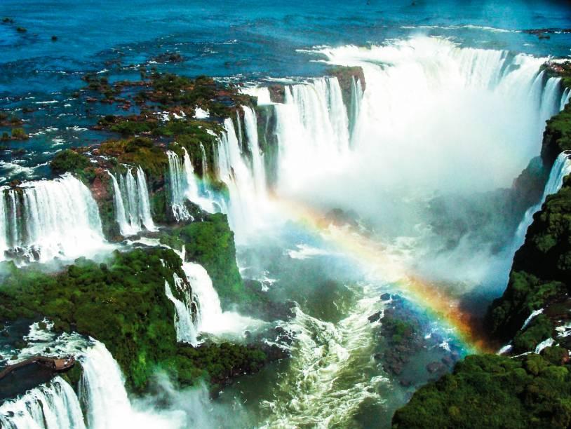 Vista aérea das Cataratas do Iguaçu, com a Garganta do Diabo ao fundo
