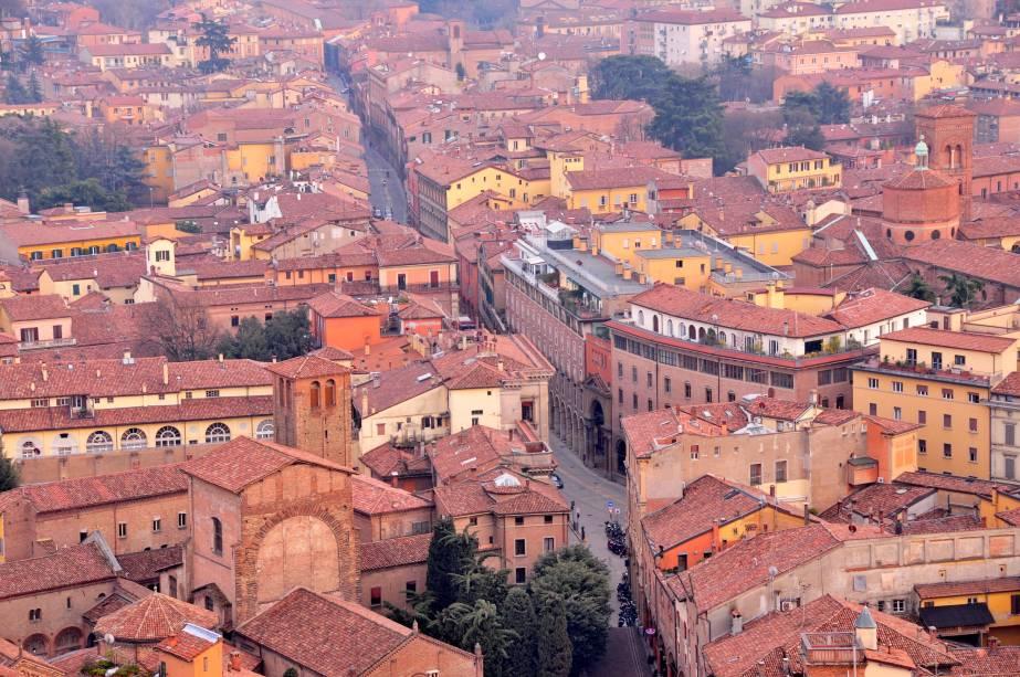 <strong>5. Bolonha, Itália</strong> Toda trabalhada no terracota, Bolonha não é só monocromática, mas também tem um estilo arquitetônico que se repete em quase todas as suas ruas: as calçadas são cobertas por arcos, que acompanham a arquitetura dos edifícios - e são perfeitos para fugir da chuva ou do calor intenso do verão italiano. Os telhados marrons também ajudam a cidade a manter a sua homogeneidade