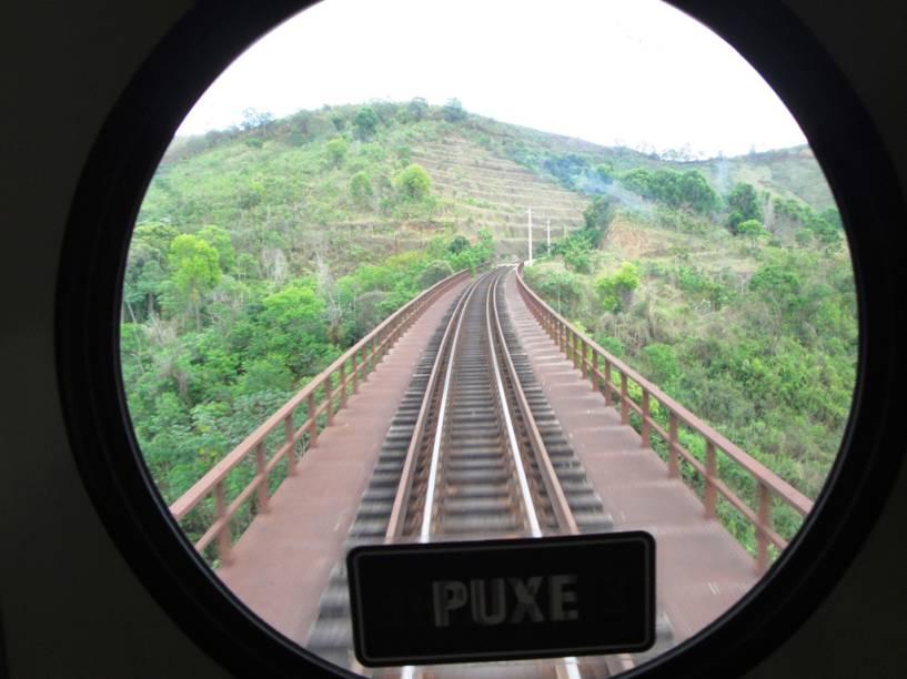 """<strong><a href=""""http://viajeaqui.abril.com.br/estabelecimentos/br-mg-belo-horizonte-atracao-passeio-de-trem-ate-vitoria"""" rel=""""Belo Horizonte (MG) até Vitória (ES)"""" target=""""_self"""">Belo Horizonte (MG) até Vitória (ES)</a></strong><br />    <br />    Treze horas e 664 quilômetros separam Belo Horizonte de Cariacica, na região metropolitana de Vitória. No caminho, cidades históricas mineiras são deixadas para trás. São 30 paradas para embarque e desembarque. Saídas diárias de Belo Horizonte às 7h30 com chegada às 20h30 em Vitória, e 7 horas de Vitória, com chegada às 20h10 em Belo Horizonte. O valor da passagem na classe econômica é R$54 e na executiva é R$82"""