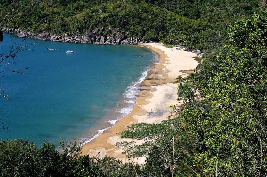 "A ilha encanta não só pela suas praias, mas também pelas trilhas, cachoeiras e mirantes. Os mergulhadores também se esbaldam com os navios naufragados nos fins do século 19 e início do 20.<a href=""https://www.booking.com/searchresults.pt-br.html?aid=332455&lang=pt-br&sid=eedbe6de09e709d664615ac6f1b39a5d&sb=1&src=searchresults&src_elem=sb&error_url=https%3A%2F%2Fwww.booking.com%2Fsearchresults.pt-br.html%3Faid%3D332455%3Bsid%3Deedbe6de09e709d664615ac6f1b39a5d%3Bcity%3D-644945%3Bclass_interval%3D1%3Bdest_id%3D3464%3Bdest_type%3Dregion%3Bdtdisc%3D0%3Bfrom_sf%3D1%3Bgroup_adults%3D2%3Bgroup_children%3D0%3Binac%3D0%3Bindex_postcard%3D0%3Blabel_click%3Dundef%3Bno_rooms%3D1%3Boffset%3D0%3Bpostcard%3D0%3Braw_dest_type%3Dregion%3Broom1%3DA%252CA%3Bsb_price_type%3Dtotal%3Bsearch_selected%3D1%3Bsrc%3Dsearchresults%3Bsrc_elem%3Dsb%3Bss%3DIlha%2520Grande%252C%2520%25E2%2580%258BBrasil%3Bss_all%3D0%3Bss_raw%3DIlha%2520Grande%3Bssb%3Dempty%3Bsshis%3D0%3Bssne_untouched%3DGon%25C3%25A7alves%26%3B&ss=Ilhabela%2C+%E2%80%8BS%C3%A3o+Paulo%2C+%E2%80%8BBrasil&ssne=Ilha+Grande&ssne_untouched=Ilha+Grande&checkin_monthday=&checkin_month=&checkin_year=&checkout_monthday=&checkout_month=&checkout_year=&no_rooms=1&group_adults=2&group_children=0&highlighted_hotels=&from_sf=1&ss_raw=Ilhabela&ac_position=0&ac_langcode=xb&dest_id=-646567&dest_type=city&search_pageview_id=d1c7725bbfa70082&search_selected=true&search_pageview_id=d1c7725bbfa70082&ac_suggestion_list_length=5&ac_suggestion_theme_list_length=0"" target=""_blank"" rel=""noopener""><em>Busque hospedagens em Ilhabela</em></a>"
