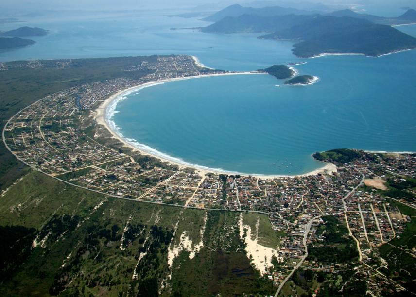 """<strong>8.<a href=""""http://viajeaqui.abril.com.br/estabelecimentos/br-sc-guarda-do-embau-atracao-praia-pedras-altas"""" rel=""""Pedras Altas, Palhoça, Santa Catarina"""" target=""""_blank"""">Pedras Altas, Guarda do Embaú, Santa Catarina</a></strong>Os dois costões de vegetação, pedras corpulentas e o mar calmo colaboram para oficializar esta praia - na realidade duas prainhas de 100 metros - como reduto naturista. Lá não é permitida a entrada de pessoas vestidas. O acesso é pela estrada que sai da Enseada do Brito (foto)"""
