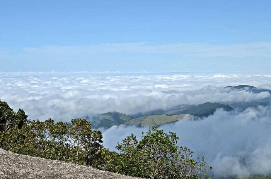 Vista do alto da Pedra Redonda, um dos cartões-postais da região, com 1 930 metros de altitude