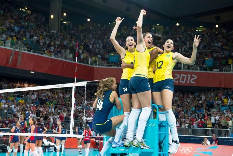 A Seleção Brasileira feminina de volêi comemora o ouro olímpico contra as americanas