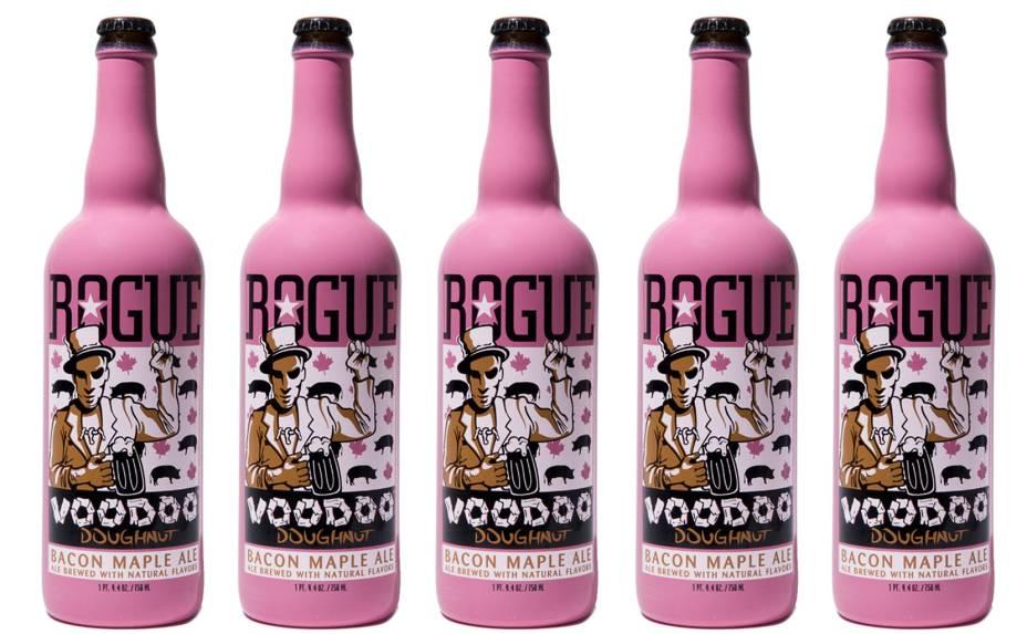 A garrafa rosa da <strong>Voodoo Doughnut Bacon Maple Ale </strong>não só traz o sabor da carne de porco como ainda mistura o gostinho do bacon com xarope de maple. Lançada pela marca Rogue Ales, tem 6,5% de teor alcoólico