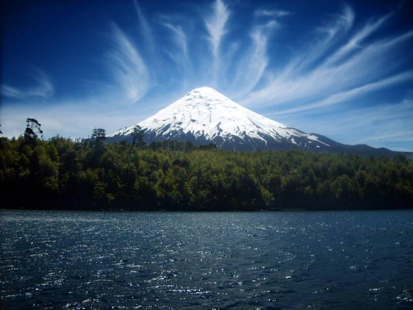 """<a href=""""http://viajeaqui.abril.com.br/cidades/chile-villarrica"""" target=""""_blank"""" rel=""""noopener""""><strong>Villarica, Chile </strong></a> É preciso contratar guia para chegar até seu topo, uma escalada de dificuldade moderada, mas podem haver deslizamentos de rocha. As excursões só acontecem se a montanha estiver em seus dias calmos e é melhor tentar subir no verão, de dezembro a março. Se for à região, torça para que dê para subir até lá: o Villarrica é um dos poucos vulcões do mundo com um lago de lava ativo em seu interior!"""