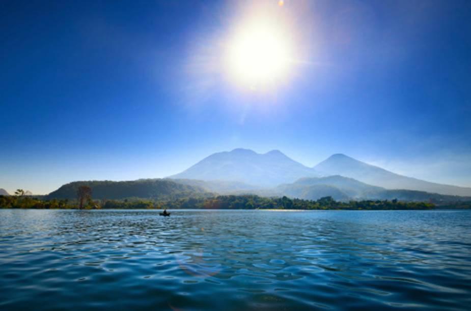 Lago cercado pelo vulcão Atitlan, na Guatemala