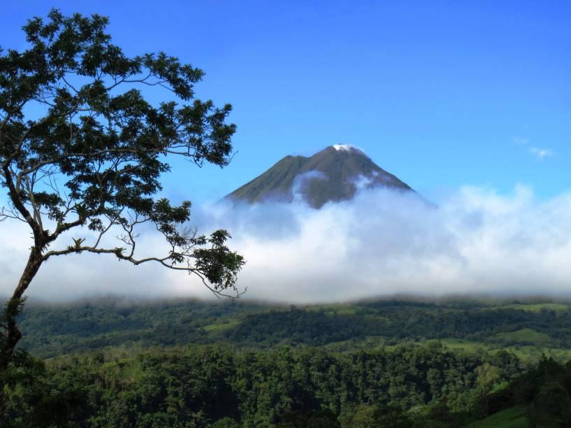 """<a href=""""http://viajeaqui.abril.com.br/paises/costa-rica"""" target=""""_blank"""" rel=""""noopener""""><strong>Arenal, Costa Rica </strong></a> Os melhores meses para visitar são fevereiro e março, quando chove menos e há mais chances de ver erupções vulcânicas à distância (se o Arenal estiver ativo no momento, nunca se sabe). Seu nome se deve a ações químicas e físicas na lava que a desfarelaram e se tornaram areia cristalina. Ela ficou depositada na cabeceira do vulcão, que ficou parecendo uma montanha de areia"""