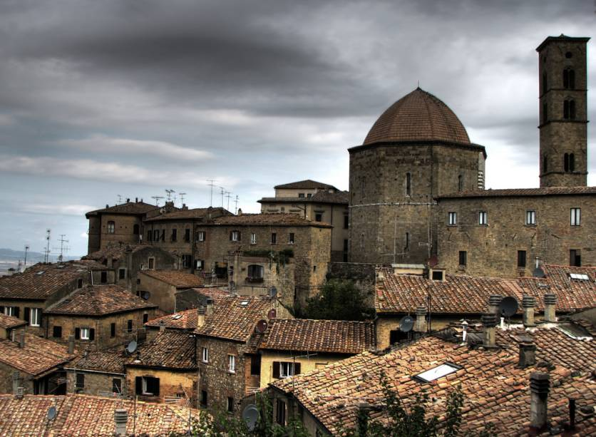 """<a href=""""http://viajeaqui.abril.com.br/cidades/italia-volterra"""" rel=""""Volterra"""">Volterra</a>, construída pelos etruscos, fica no topo de um platô e é famosa pela festa medieval que envolve os cidadãos todasegunda quinzena de agosto"""