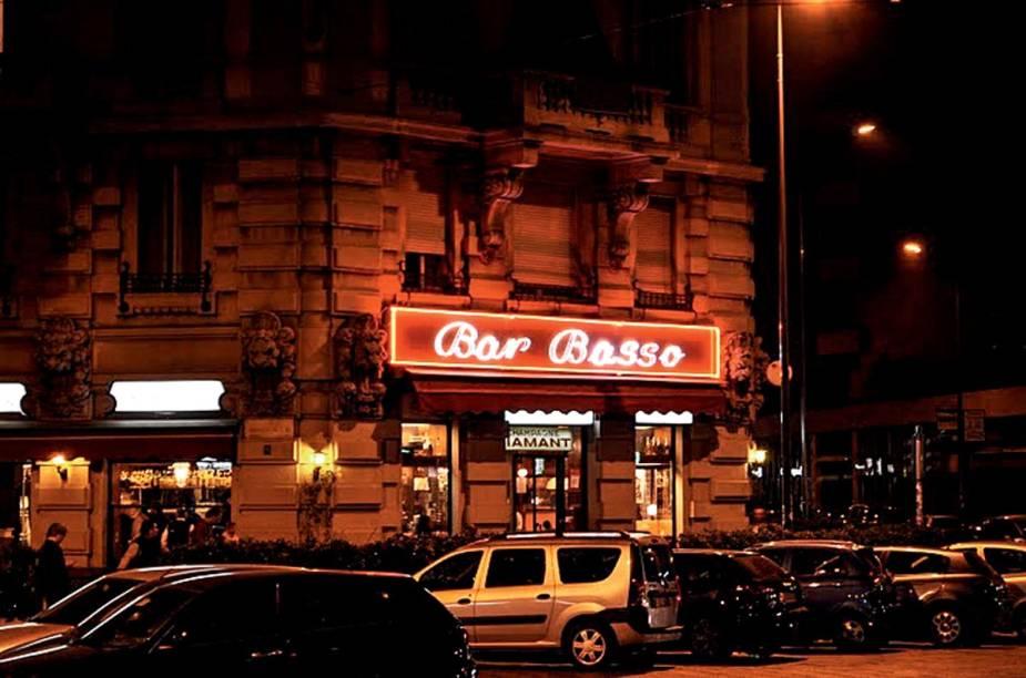 """<strong><a href=""""http://www.barbasso.com/index.php/en/"""" rel=""""Bar Basso,"""" target=""""_blank"""">Bar Basso,</a> <a href=""""http://viajeaqui.abril.com.br/cidades/italia-milao?iframe=true"""" rel=""""Milão"""" target=""""_blank"""">Milão</a></strong>        """"Famosa por criar o Negroni Sbagliato (Negroni incorreto), feito com prosecco em vez de gim. O drinque é apresentado em copos cinematográficos com pedras de gelo de 6 por 8 centímetros."""