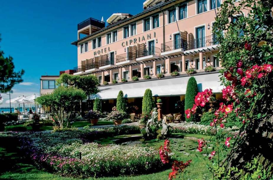 """<strong><a href=""""http://harrysbarvenezia.com"""" rel=""""Harry's Bar do Hotel Cipriani,"""" target=""""_blank"""">Harry's Bar do Hotel Cipriani,</a> <a href=""""http://viajeaqui.abril.com.br/cidades/italia-veneza"""" rel=""""Veneza """" target=""""_blank"""">Veneza </a></strong>        """"Foi aqui que Giuseppe Cipriani, inspirado no colorido das obras renascentistas de Giovanni Bellini, criou em 1948 o... Bellini, drinque com prosecco e purê de pêssegos fresquíssimos."""""""