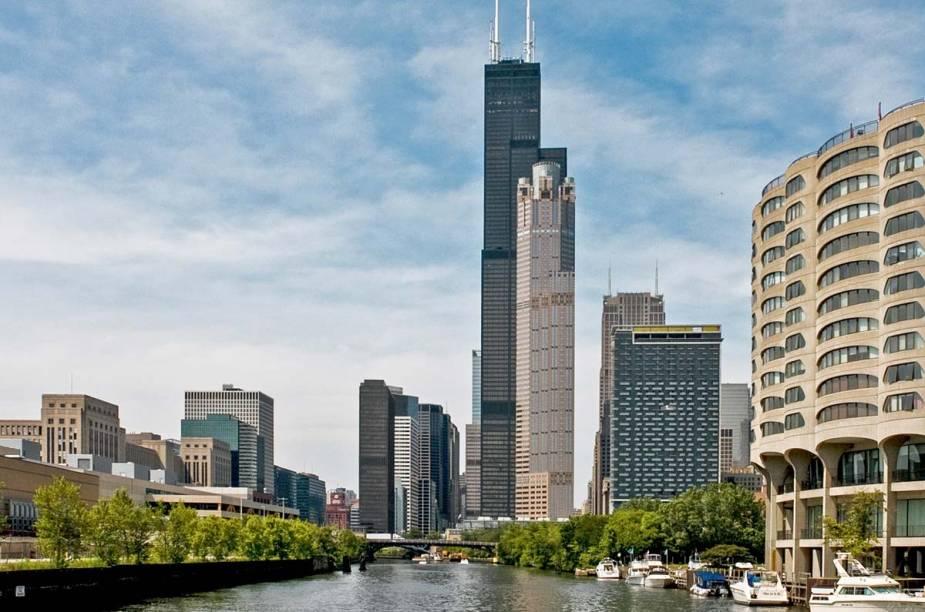 """<strong>Subir na <a href=""""http://www.willistower.com/"""" rel=""""Sears Towers"""" target=""""_blank"""">Sears Towers</a></strong>    """"Antiga Sears Towers, é um dos edifícios mais altos da cidade. Elas possuem uma balcony de vidro. Parece que você está flutuando."""""""